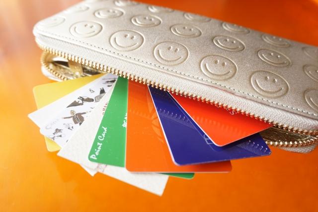 カードが溢れた財布